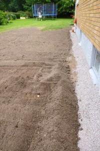 Höjning av gräsmatta för att få avrinning, färdigt för att så gräs